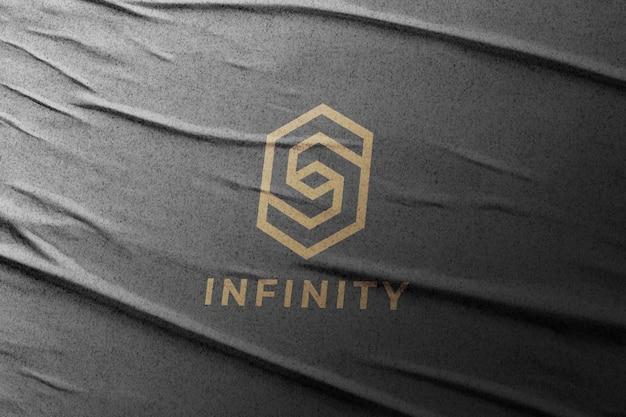 Logo mockup op gelijmd papier