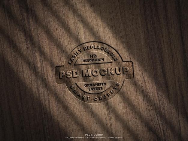 Logo mockup op houten oppervlak