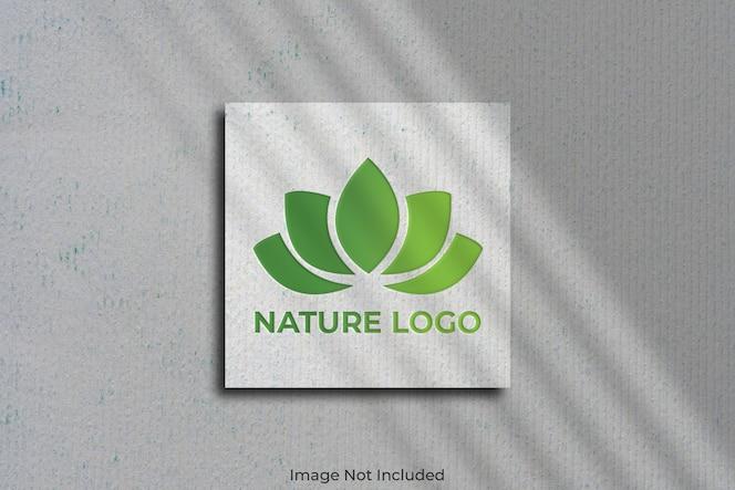 Logo mockup op vierkant visitekaartje met schaduw
