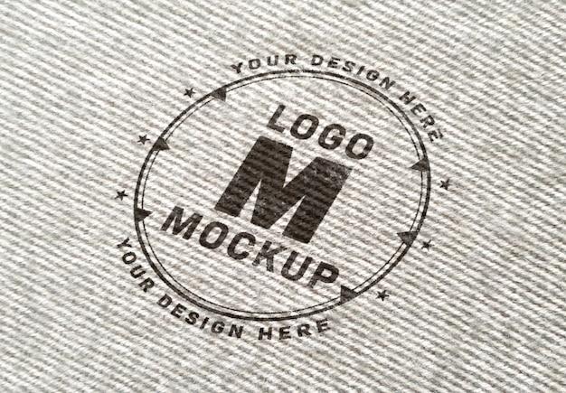 Logo mockup op wollen stof textuur
