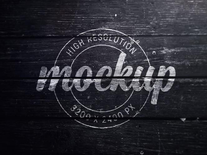 Logo mockup su legno nero antico