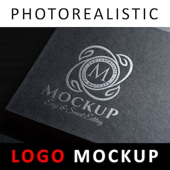 Logo mockup - zilverfolie stempelen logo op zwart visitekaartje