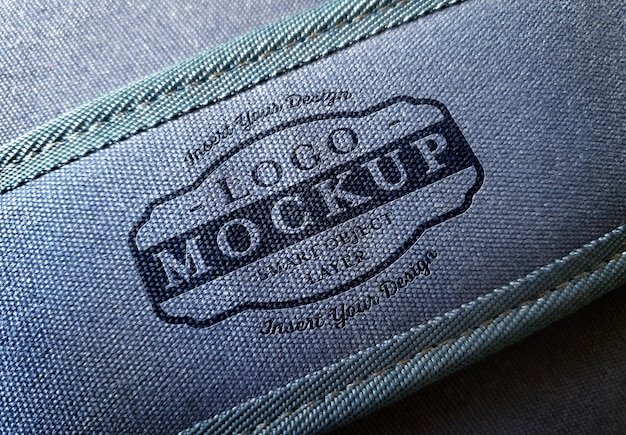 Logo op handvat van denim tas
