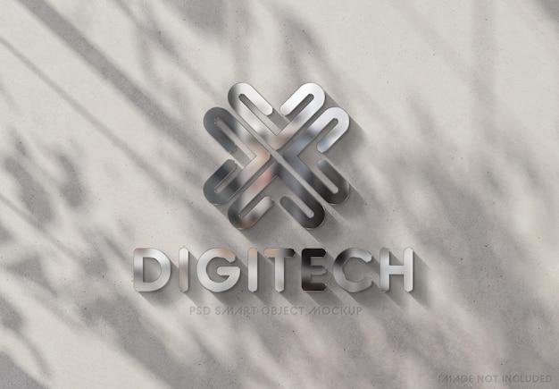 Logo op zonnige muur met 3d glanzend metaaleffect