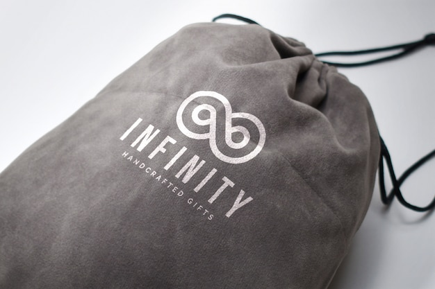 Logo su un modello di borsa