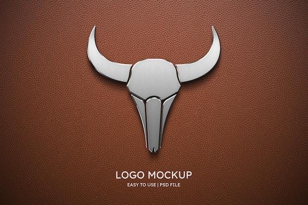 Logomodel op bruin leer