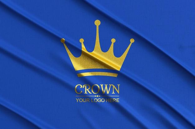 Logomodel op een blauwe stof