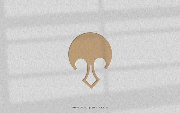 Logomodel op muur met schaduw