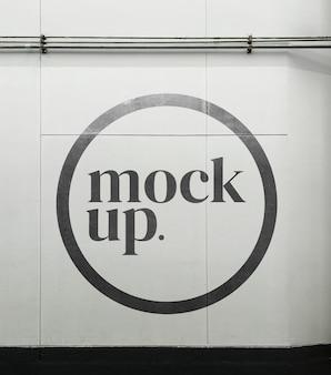 Logomodel op straatmuur