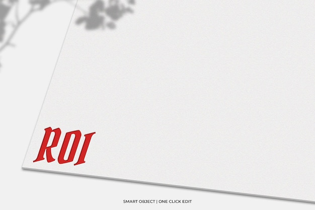 Logomodel op wit papier met plantschaduw