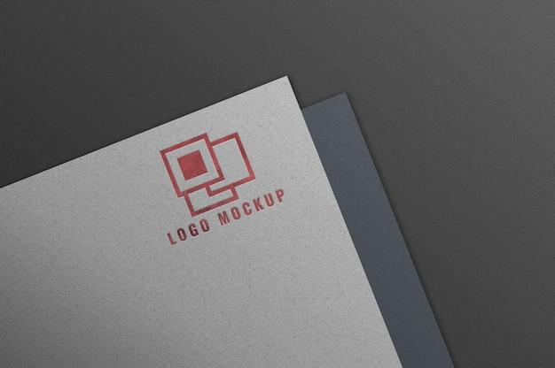 Logomodel op wit papier