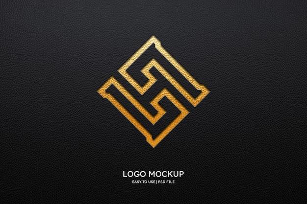 Logomodel op zwart leer
