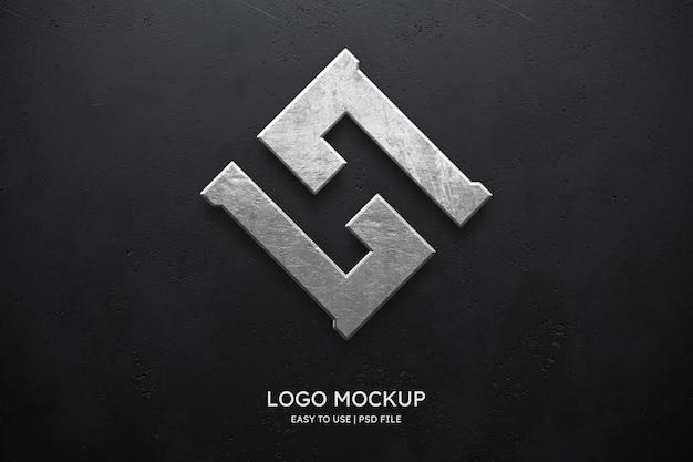 Logomodel op zwarte muur