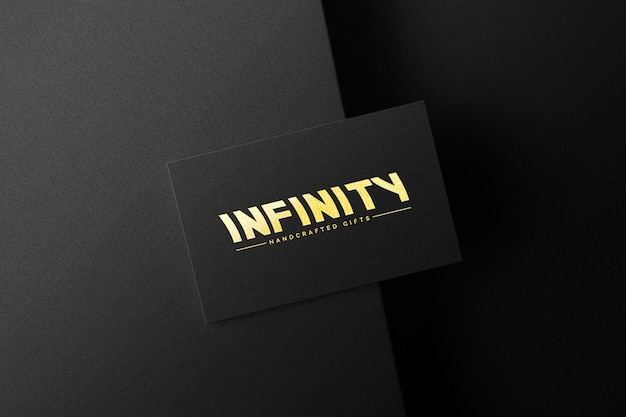 Logotipo dorado en maqueta de papel negro