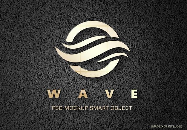 Logotipo dorado en relieve en maqueta de cuero
