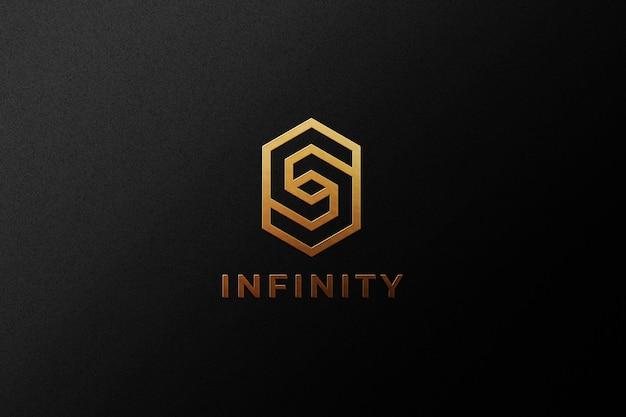 Logotipo dorado en relieve