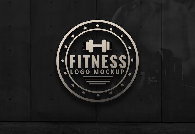Logotipo de fitness maqueta gimnasio fondo oscuro pared maqueta