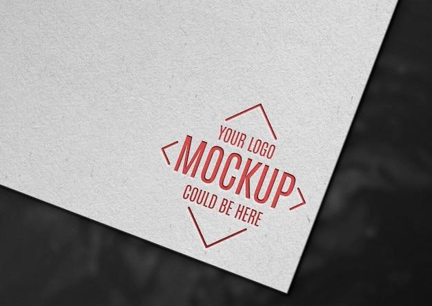 Logotipo grabado en maqueta de papel.