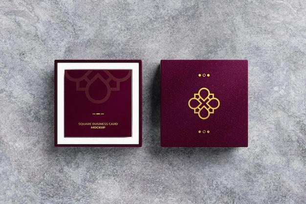 Logotipo de lámina dorada en caja de cuero con maqueta de tarjeta de visita cuadrada