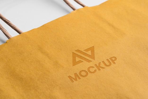 Logotipo de maqueta abstracta en bolsa de compras