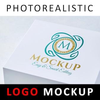Logotipo de maqueta - logotipo coloreado impreso en caja de tarjeta blanca