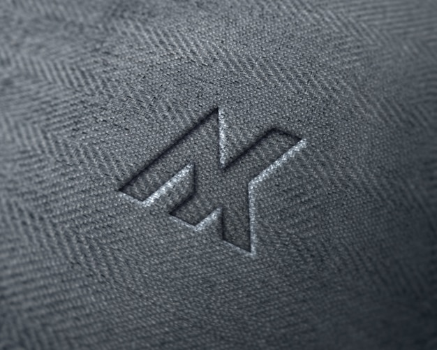 Logotipo realista en maqueta de jeans de tela