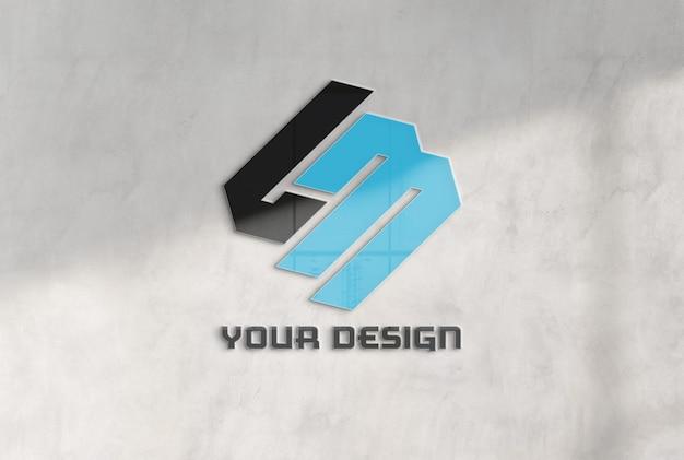 Logotipo reflectante en maqueta de muro de hormigón de oficina