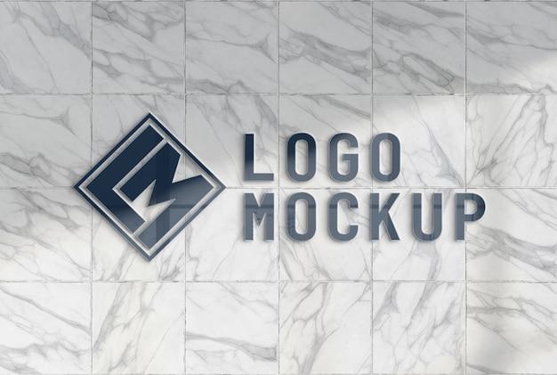 Logotipo reflectante en maqueta de pared de mármol de oficina