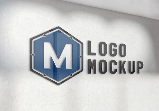 Logotipo reflectante en la maqueta de la pared de la oficina cocnrete