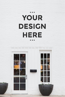 Logotipo de la tienda en la maqueta de la pared