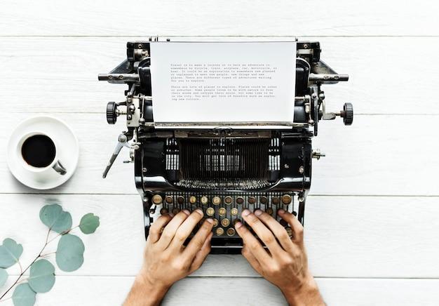 Luchtmening van een mens die op een retro schrijfmachine typen