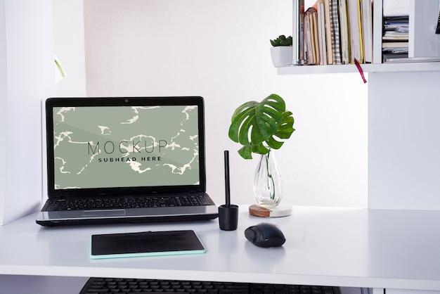 Lugar de trabajo con computadora portátil y tableta gráfica