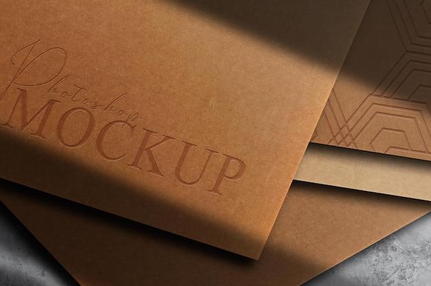Luxe bruin papier close-up reliëf logo mockup kaart stapel bovenaanzicht