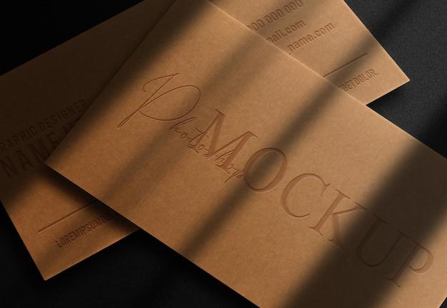 Luxe bruin papier close-up reliëf logo mockup visitekaartje stapel vooruitzicht