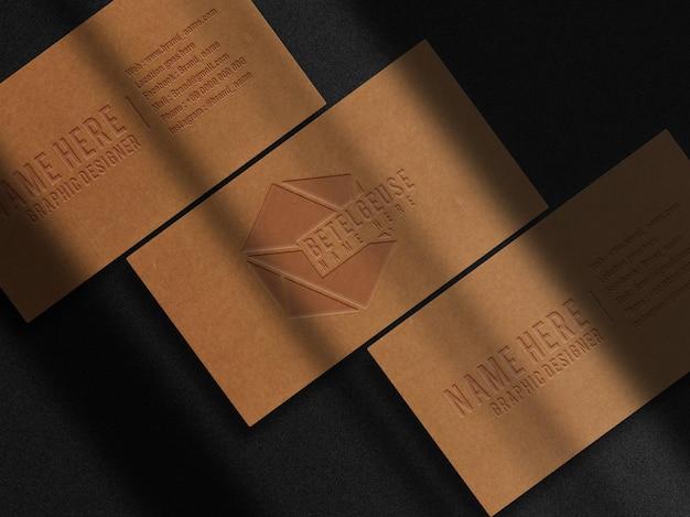 Luxe bruin papier reliëf visitekaartje bovenaanzicht mockup