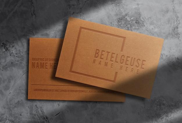 Luxe bruin papier reliëf visitekaartje vooraanzicht mockup