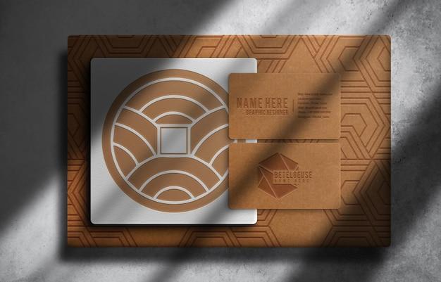 Luxe bruine papieren doos met reliëf en mockup voor visitekaartjes