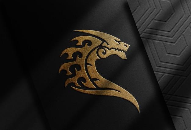 Luxe close-up mockup met drakenlogo met goudreliëf