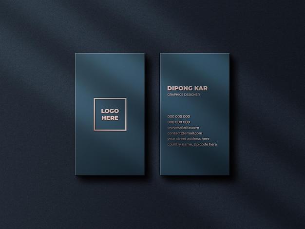 Luxe en modern logo mockup op verticaal visitekaartje