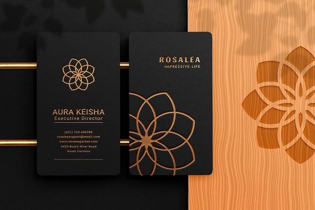 Luxe en modern logo mockup op zwart verticaal visitekaartje