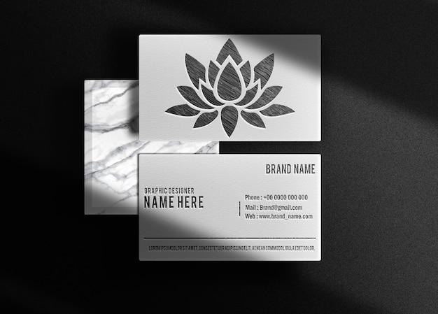 Luxe getekend in potlood reliëf logo mockup visitekaartje bovenaanzicht met podium marmer