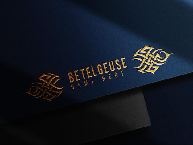 Luxe goud reliëf blauw papier prespectief mockup