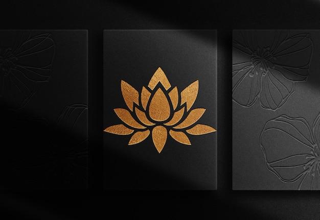 Luxe gouden lotus reliëfpapier bovenaanzicht mockup