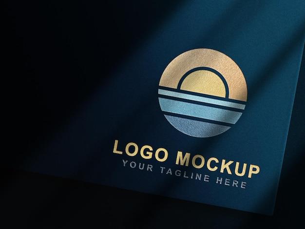 Luxe gouden reliëf logo mockup blauwe kaart