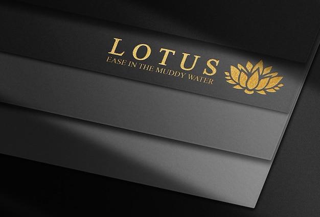 Luxe gouden reliëf logo mockup zwarte kaartenstapel
