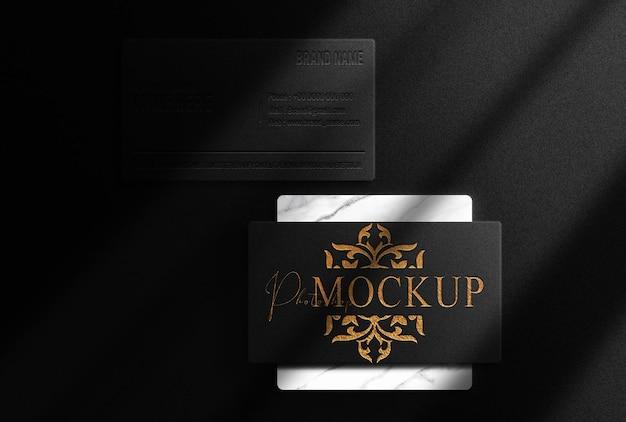Luxe gouden reliëf visitekaartje bovenaanzicht mockup met marmeren podium