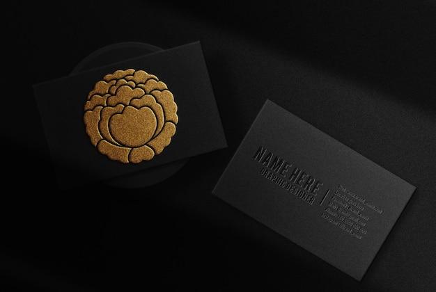 Luxe gouden reliëf visitekaartje met podium bovenaanzicht mockup