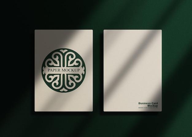 Luxe groen reliëf wit papier mockup van bovenaf