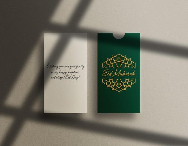 Luxe groene envelop mockup met goud in reliëf