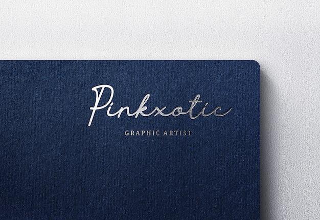 Luxe logo mockup op donker ambachtelijk papier